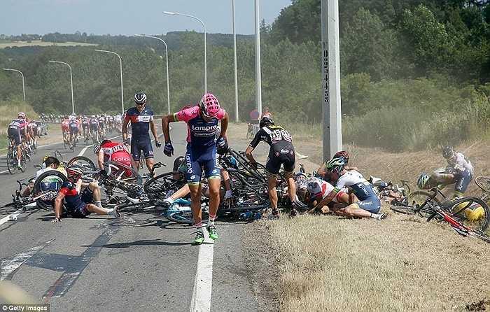 Trong số này có tay đua đang khoác chiếc áo Vàng Fabien Cancellara