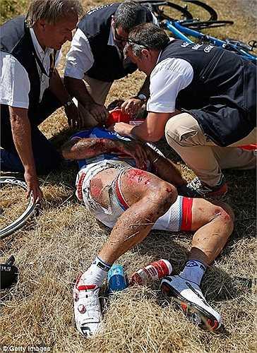 Xe của anh bị trượt vào bánh của tay đua Warren Barguil và bị ngã khiến một loạt cua rơ phía sau không kịp phản ứng
