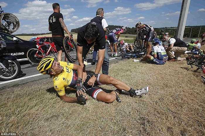 Mặc dù vậy, tay đua này vẫn gắng gượng và hoàn thành nốt chặng đua thứ 3