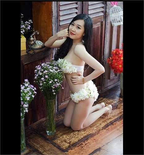 Hot girl Nu Phạm cũng từng mặc nội y đính toàn hoa tươi.
