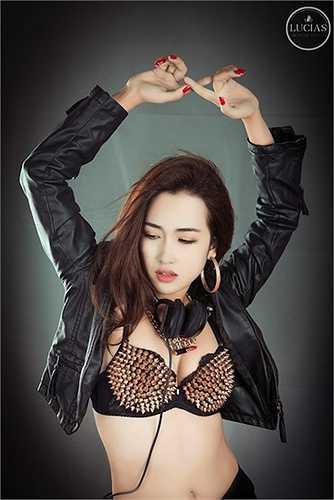 Nội y đinh tán là trang phục yêu thích của các nữ DJ, Trang Moon cũng không phải ngoại lệ.