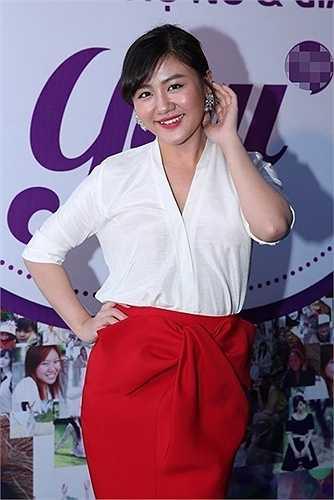 """Sau Vietnam Idol 2012, cái tên Văn Mai Hương bắt đầu gây chú ý với khán giả nhờ giọng hát đầy nội lực. Tuy nhiên, vóc dáng tròn trịa, nước da ngăm đen cùng việc chưa biết cách mix trang phục để che bớt khuyết điểm khiến Văn Mai Hương thành """"quý cô"""" trong mắt khán giả."""