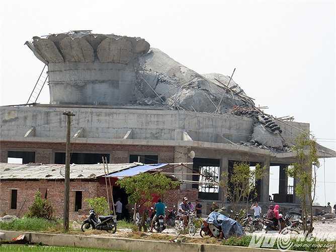 Tượng Phật được xây dựng trên nóc Chánh điện ngôi chùa đang trong quá trình xây dựng và hoàn thiện thì bị đổ sập.