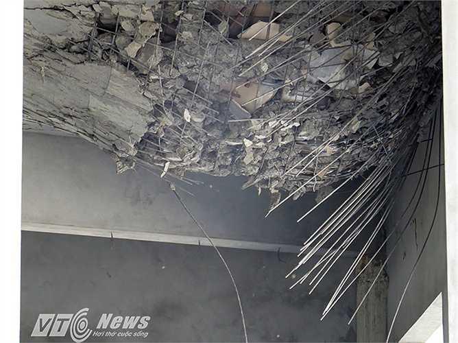 Trần ngôi Chánh điện bị hư hỏng nặng.