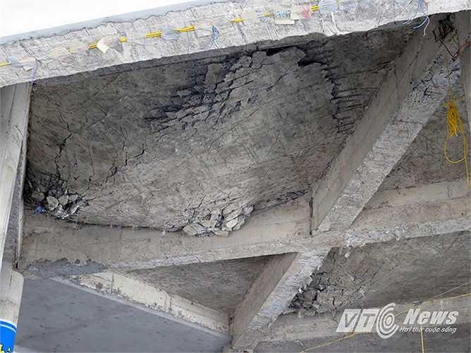 Trần giữa ngôi Chánh điện bị hư sập lún, nứt bê tông
