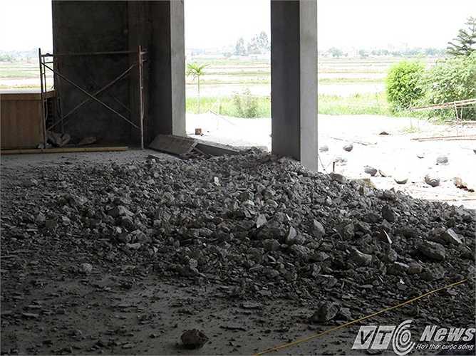 Bê tông rơi tung tóe trước Chánh điện.