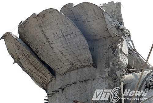 Tuy nhiên, sắt thép sau khi đổ bê tông đã lộ rõ ra bên ngoài.