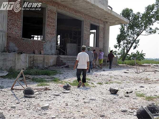 Mặc dù hiện trường đã được phong tỏa nhưng một số người dân hiếu kỳ vẫn đến gần hiện trường bị đổ sập.