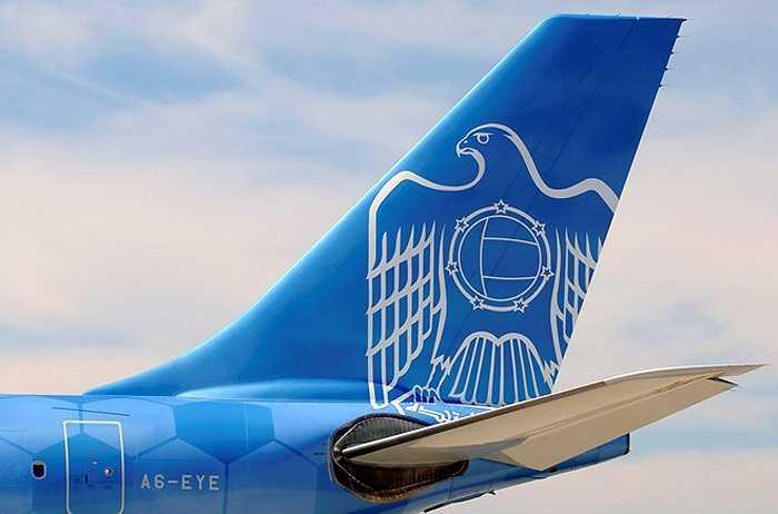 Phần đuôi máy bay in hình chú đại bàng và biểu tượng sân vận động Etihad - sân nhà của CLB Manchester City.