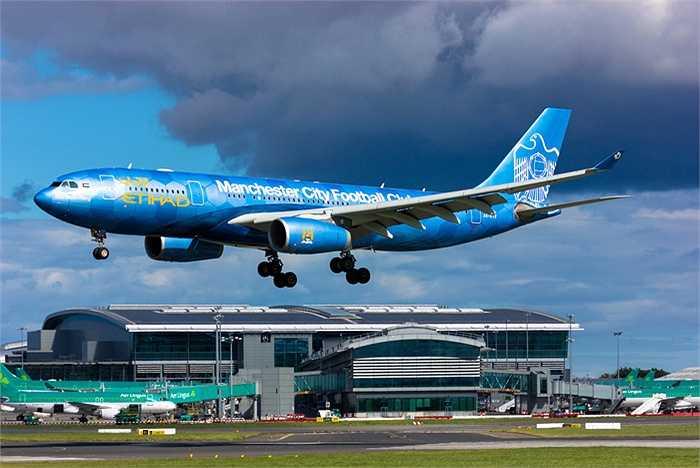 Máy bay được sơn màu xanh truyền thống của CLB Man City.