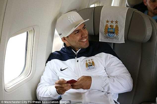 Aguero thoải mái trên một chuyến bay cùng các đồng đội. Cầu thủ người Argentina có quyền không đến Việt Nam do anh đang trong thời gian nghỉ phép (sau khi thi đấu Copa America).