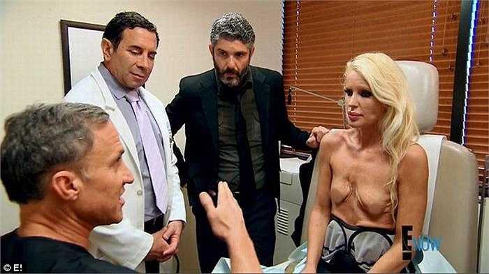 Nó phá hỏng và khiến cho ngực cô ngày một teo lại, nhăn nheo, trông rất xấu xí.