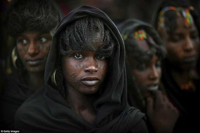 Đối với phụ nữ bộ tộc Wodaabe, giao tiếp bằng mắt là điều cấm kỵ, họ không thể nhìn thẳng vào đối phương