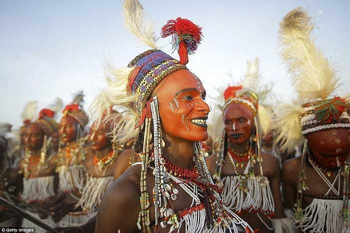 Người đàn ông đã có vợ cũng có thể 'đánh cắp' một cô vợ khác trong lễ hội Gerewol và chung sống với người đó