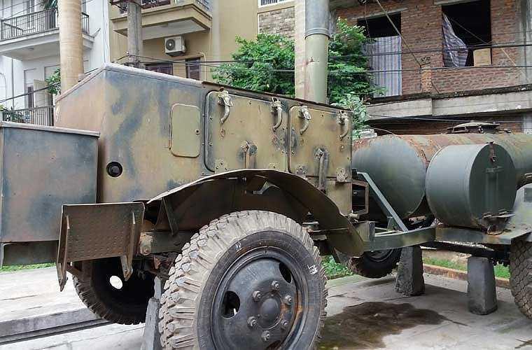 Xe bếp này có chiều dài 3,82m (mẫu của Việt Nam nếu tính xe nước đằng sau thì phải dài hơn), rộng 2,2m, chiều cao khi hành quân 1,6m, chiều cao khi hoạt động là 3,35m, nặng 1,3 tấn. Mức tiêu thụ nhiên liệu khi hoạt động với gỗ là 35kg/giờ, với nhiên liệu diesel là 10 lít/giờ.