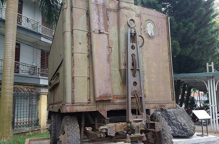 Phía trước của xe bếp quân sự cỡ lớn với thiết bị nối xe kéo.