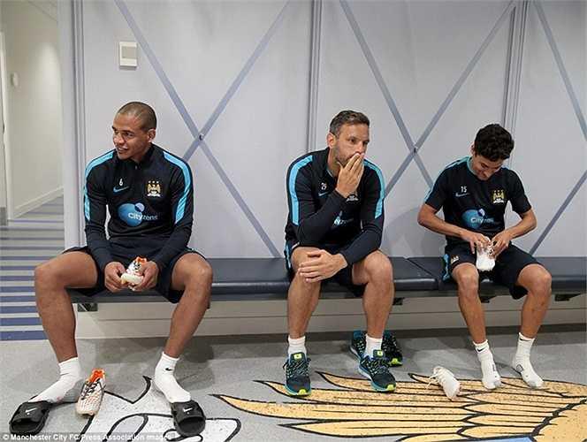 Fernando, Richard Wright và Navas ngồi chờ trước khi xỏ giày ra sân tập