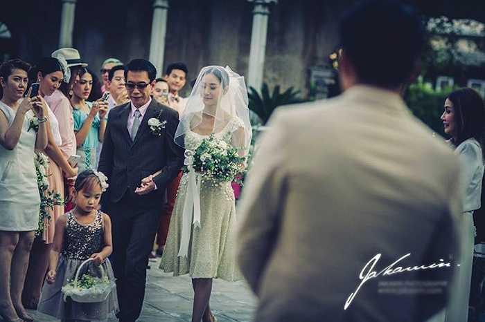 Ảnh cưới của cặp đôi giản dị nhưng toát lên niềm hạnh phúc.Tuy nhiên, cuộc sống gia đình của hai người kéo dài không bao lâu. Hiện tại, họ đang trong giai đoạn ly thân. Người đẹp Tangmo suy sụp tinh thần sau khi bị chồng bỏ.