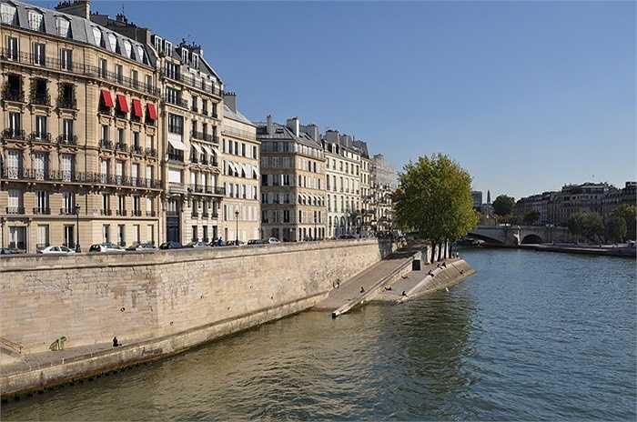 Quai d'Orléans, Paris, Pháp. Giá bán 41.000 USD/m2. Chỉ có khoảng 20 căn nhà trên đường này, nhưng chúng đều là nhà cổ được xây dựng từ thế kỷ 17-19