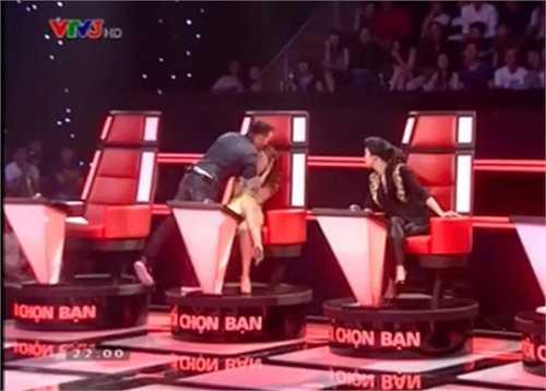 Nam ca sĩ Bình mình sẽ mang em đi hôn lên trán Mỹ Tâm và khoảnh khắc này được phát trên sóng truyền hình.