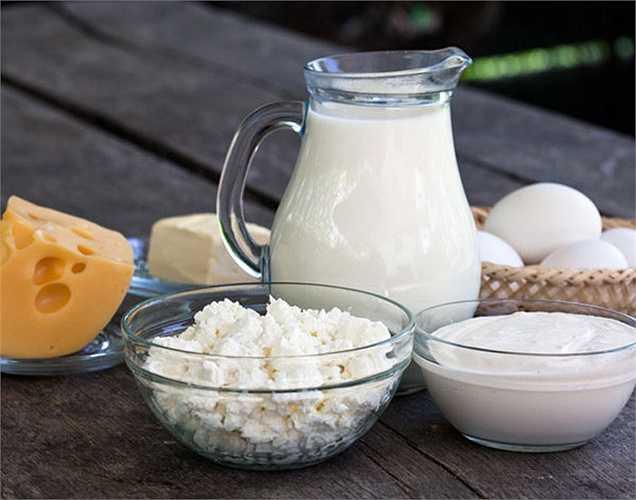 Sữa trừ sữa chua: Các sản phẩm từ sữa thì không nên dùng khi uống thuốc kháng sinh như sữa tươi, pho mát, phô mai …có một lượng lớn canxi, nó ngăn chặn sự hấp thu của thuốc kháng sinh. Tuy nhiên, sữa chua chứa men vi sinh mà không có tác dụng với thuốc.