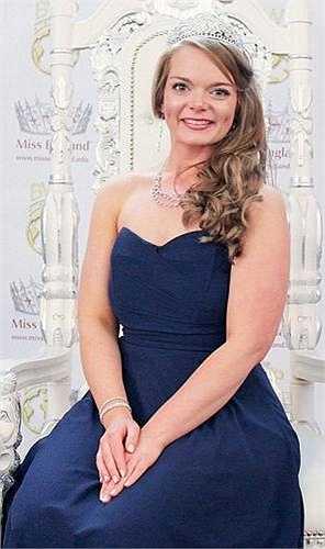 Hai tháng trước, Emily giành vương miện Hoa hậu Mercia và sẽ tiếp tục vào bán kết của cuộc thi Hoa hậu Anh.
