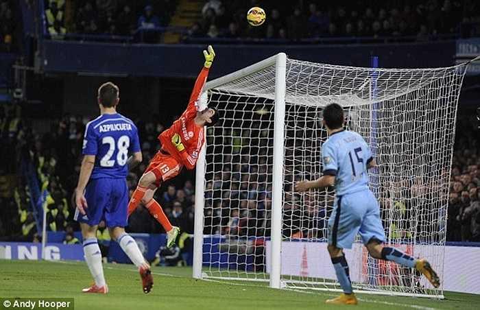 Thủ thành Courtois cũng trở về mái nhà cũ Stamford Bridge trong mùa hè 2014. Tính từ năm 2007, Atletico đã thu về 221 triệu bảng nhờ bán các ngôi sao - một con số khổng lồ