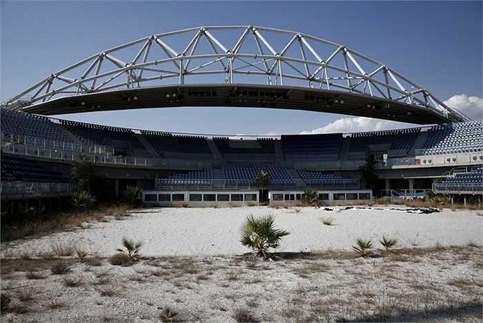 Trung tâm thi đấu môn bóng chuyền bãi biển nay đã trở thành bãi cát 'trồng' cỏ dại. 7.000 khán giả đã từng ngồi đây theo dõi trận đấu giữa Misty May và Kerri Walsh giành huy chương vàng vào năm 2004.