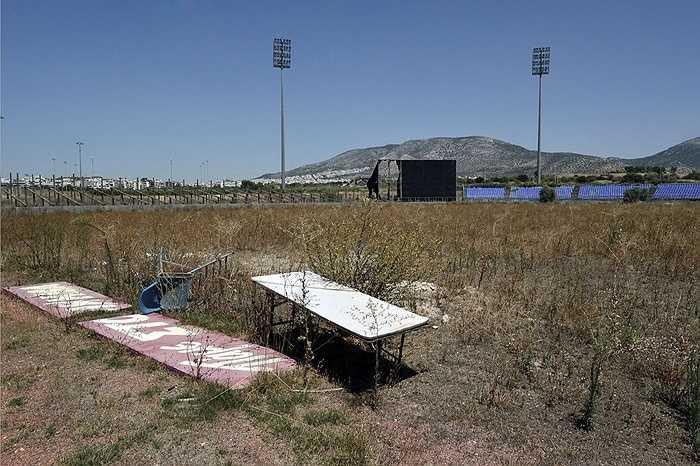 Một sân vận động chơi bóng chày khác tương tự cũng trở thành một bãi trồng cỏ.