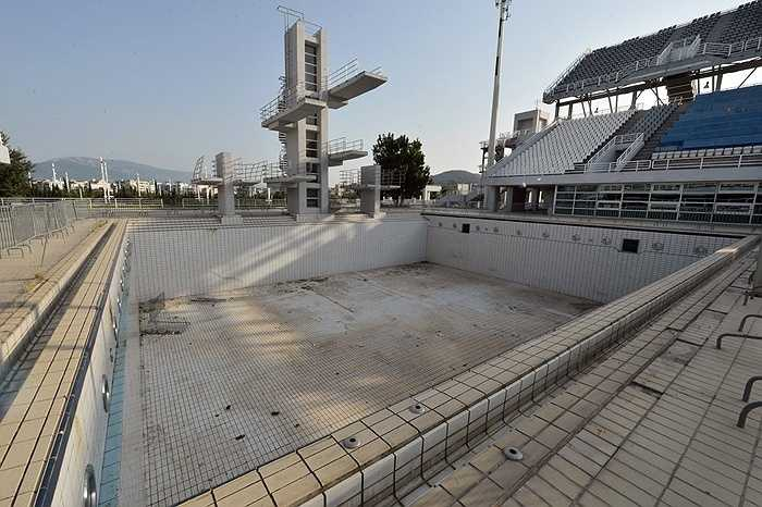 Một hồ bơi thực hành tại Trung tâm Aquatic đã khô cạn nước.