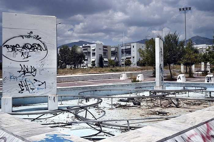 Kế hoạch ban đầu của Chính phủ là biến nơi đây thành một khu nhà ở công cộng sau khi Thế vận hội Olympic 2004 kết thúc. Hàng ngàn gia đình đã đăng ký chuyển đến ở, tuy nhiên sau đó kế hoạch lại không thành.