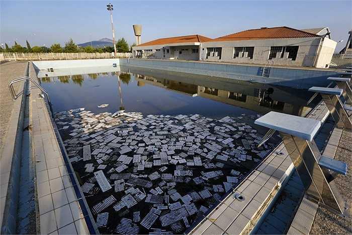 Một trường học mà chính quyền hứa sẽ xây dựng tại đây cũng không bao giờ được xây dựng, một loạt các doanh nghiệp đã rời đi ngay sau khi Thế vận hội kết thúc và đến năm 2011, gần nửa khu vực này cũng không ai ngó ngàng đến.