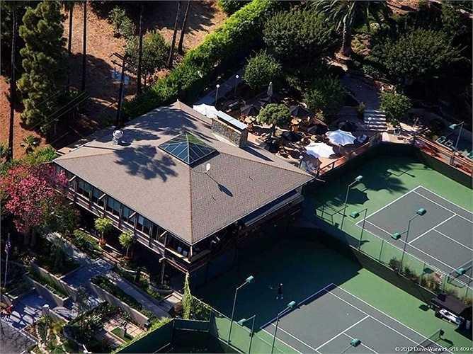 Ellison mua câu lạc bộ Malibu Racquet Club với giá 6,9 triệu USD hồi năm 2007