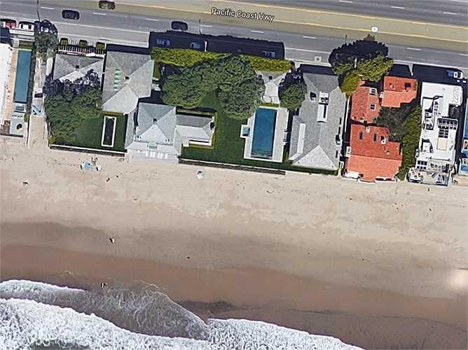 David Geffen - một ông trùm ngành âm nhạc sở hữu căn hộ tuyệt đẹp ở bờ biển Carbon. Nhưng có tin nói ông đang dự định bán căn nhà với giá 100 triệu USD