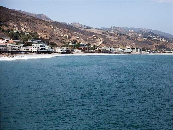 Larry Ellison- người đồng sáng lập Oracle đã chi tiền mua hàng chục bất động sản ở Malibu trong đó có 10 căn ở Carbon