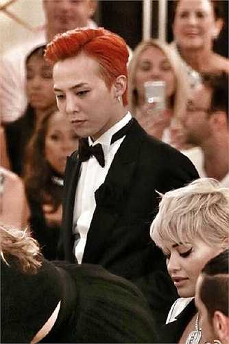 Thủ lĩnh của nhóm Bigbang xuất hiện sành điệu trong bộ suit thời thượng và kiểu tóc đỏ rực nổi bật. G-Dragon là khách mời thường xuyên trong show của Chanel.