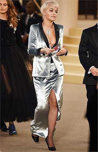 Rita Ora gợi cảm với chiếc áo vest khoe vòng một táo bạo và váy xẻ cao.
