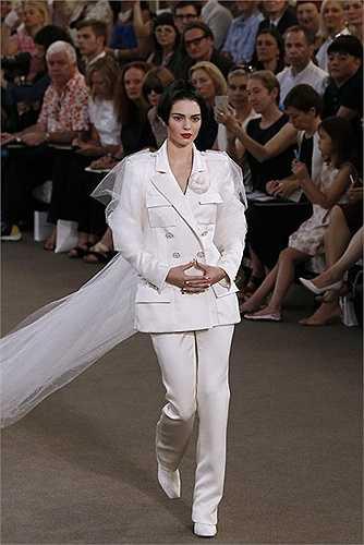 'Nàng thơ' mới của Karl Lagerfeld không tham gia vào casino nhưng Kendall Jenner là người kết thúc cho show diễn.