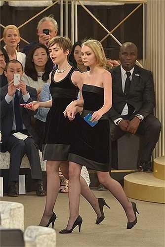 Lily Collins là 'nàng thơ' của Chanel khi cô mới 18 tuổi. Tại show thời trang cao cấp thu đông 2015, Lily tiếp tục góp mặt với vai trò khách mời.