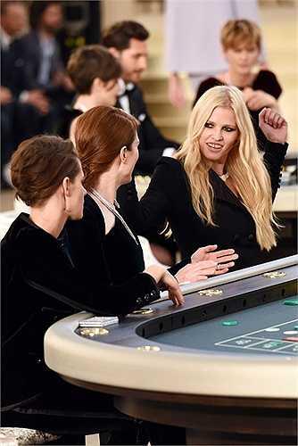 Lara Stone là gương mặt không còn xa lạ với Chanel, cô là người kết thúc show thời trang thu đông 2009 của nhà mốt này với hình ảnh một cô dâu.