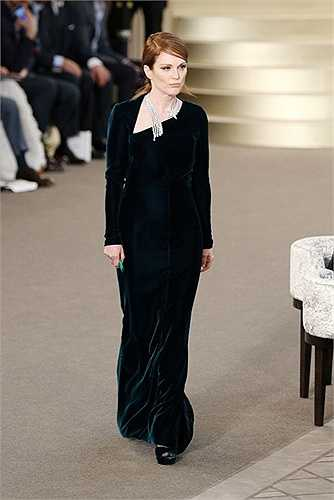 Khi nhận giải Nữ diễn viên chính xuất sắc nhất tại Oscar 2015, Julianne Moore đã diện một chiếc đầm cao cấp của Chanel và không lý do gì khiến Julianne vắng mặt trong show thời trang này.