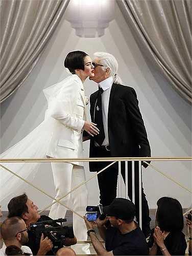 Giám đốc sáng tạo kiêm nhà thiết kế của Chanel, Karl Lagerfeld xuất hiện ở cuối show. (Vũ Khanh)