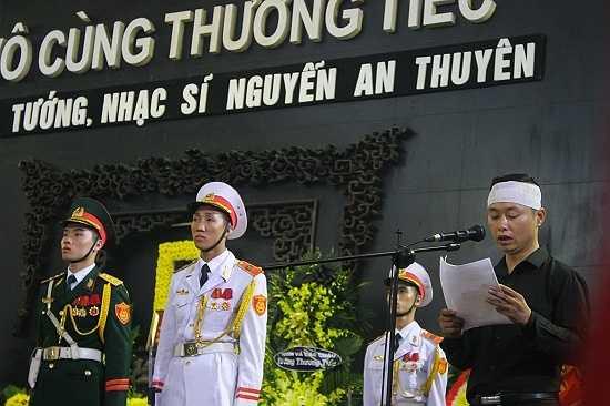 Con trai nhạc sĩ An Thuyên, nhạc sĩ Nguyễn An Hiếu phát biểu tại lễ tang.