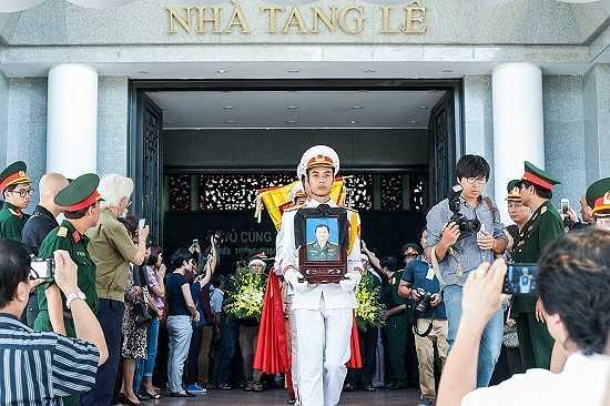 Di ảnh của nhạc sĩ An Thuyên được trang trọng mang về nơi an táng.