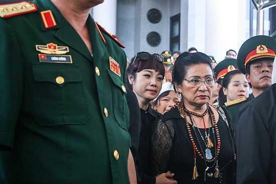 Ca sĩ Ngọc Khuê không kìm được xúc động tại tang lễ.