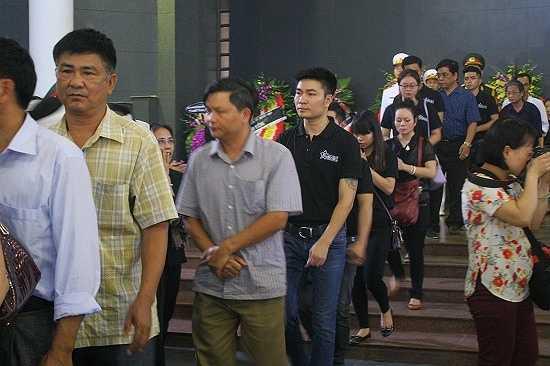 Đông đảo các đoàn thể, tố chức, các nghệ sĩ, đồng nghiệp đã tới viếng cố nghệ sĩ An Thuyên. Trong ảnh: Đoàn Fansviet tới viếng tại lễ tang.