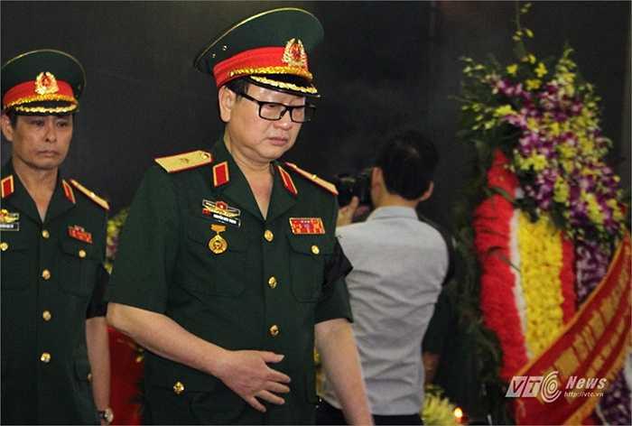 Đoàn Trường Văn hóa Nghệ thuật Quân đội Thiếu tướng, NSƯT, Nhạc sĩ Nguyễn Đức Trịnh, hiệu trưởng nhà trường vào viếng Thiếu tướng, nhạc sĩ An Thuyên.