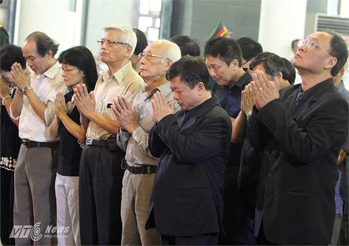 Đoàn Hội nhạc sĩ Việt Nam do Tiến sĩ, Nhạc sĩ Đỗ Hồng Quân - Chủ tịch Hội nhạc sĩ Việt Nam dẫn đầu vào viếng nhạc sĩ An Thuyên.