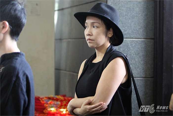 Ca sĩ Mỹ Linh không giấu được nỗi buồn khi tới viếng nhạc sĩ An Thuyên.
