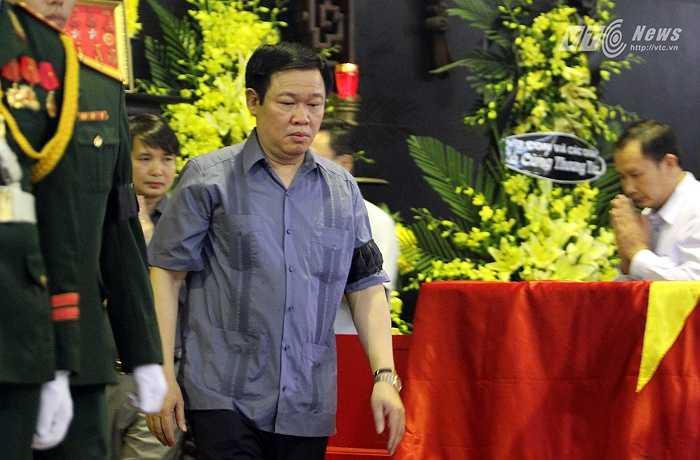 Đồng chí Vương Đình Huệ, Ủy viên Ban Chấp hành Trung ương Đảng Cộng sản Việt Nam, Trưởng ban Kinh tế Trung ương Đảng tới chia buồn cùng gia đình nhạc sĩ An Thuyên.